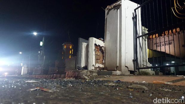 Lokasi bus rombongan haji Sukabumi tabrak pagar.