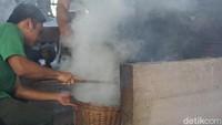 Ini tempat roasting atau menyangrai kopi. Api yang digunakan pun tradisional yakni berbahan bakar kayu untuk meroasting selama 2 jam (Ahmad Masaul Khoiri/detikcom)