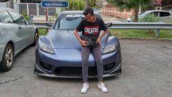 Pria Pose Bareng Mobil, Dibully Gara-gara Ketahuan Pemilik Mobilnya