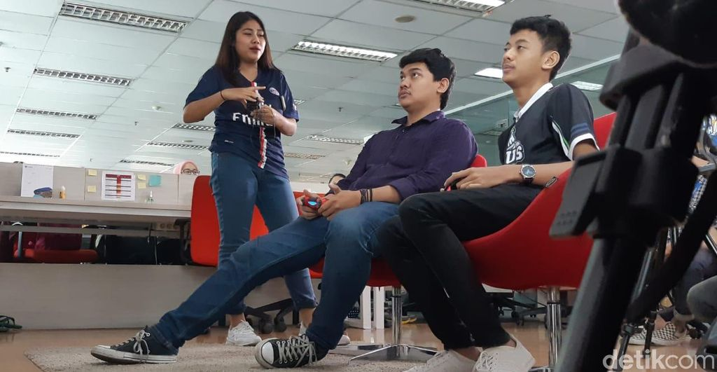 Iseng, Rizky diberikan tantangan untuk melawan salah satu perwakilan detikcom untuk berlaga PES. Foto: Aisyah Kamaliah/detikcom
