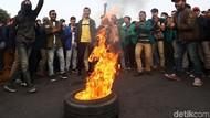 Aksi Mahasiswa Bakar Ban di Depan Istana Merdeka