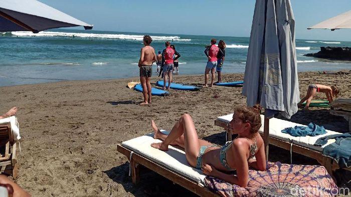 Turis di Pantai Canggu