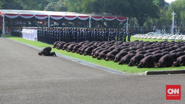 Perwira TNI dan Polri lulusan akademi sujud sukur di halaman Istana Merdeka, Jakarta, Selasa (16/7).
