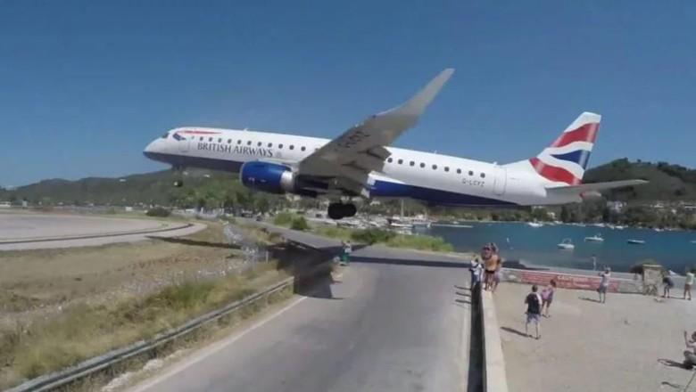 Pesawat maskapai British Airways yang mendarat rendah (Youtube)