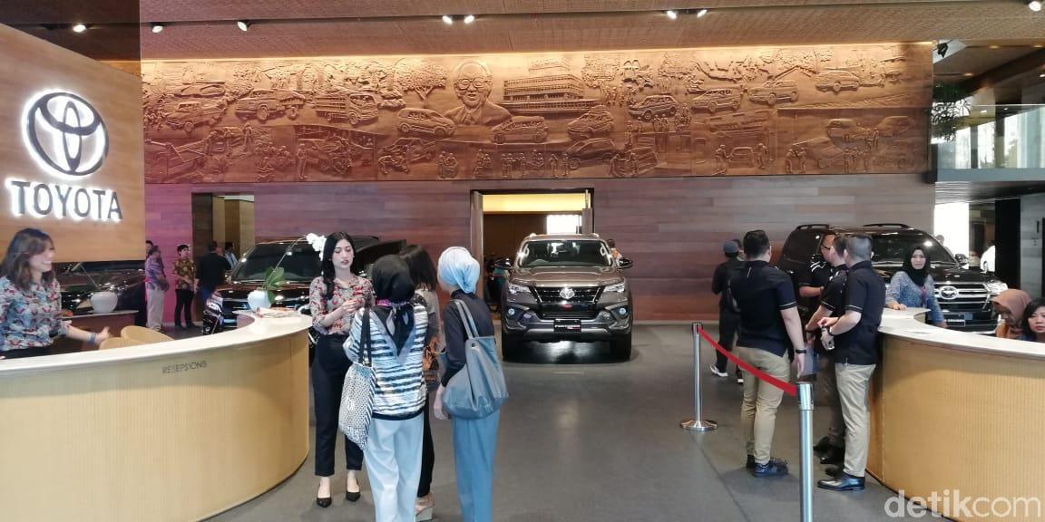 Auto2000 sebagai salah satu wadah operasional penjualan Toyota di Indonesia baru saja meresmikan diler spesialnya. Diler yang terletak di lantai satu dan dua Menara Astra, Sudirman, Jakarta Selatan hadir berbeda dari diler-diler lainnya di Indonesia.