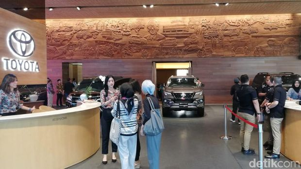 Showroom Toyota di Jalan Sudirman