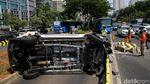 Penampakan Mobil Terguling di Jalur Busway Sudirman