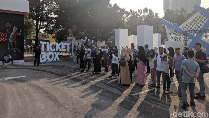 Antrean pembeli tiket Indonesia Open 2019. (Putra Rusdi/detikSport)