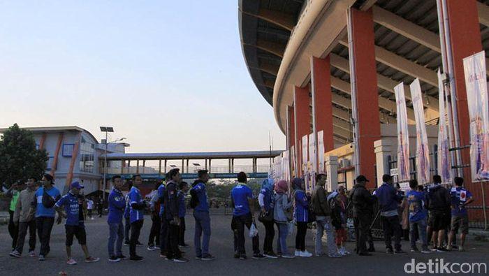 Stadion Si Jalak Harupat hanya butuh menyegarkan rumput untuk menjadi tuan rumah Piala Dunia u-20. (Wisma Putra/detikSport)