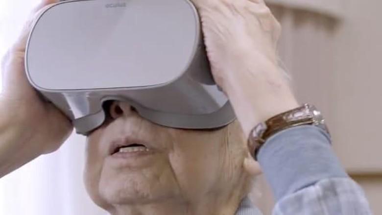 Lansia yang mencoba VR (CNN)