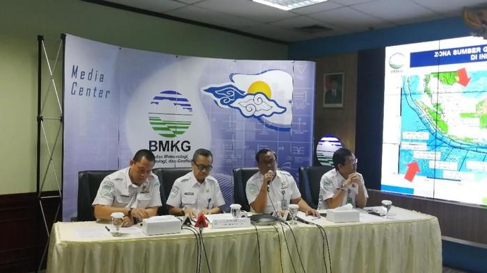 Kepala Pusat Gempa dan Tsunami BMKG, Rahmat Triyono (kedua dari kanan). (Zakia/detikcom)