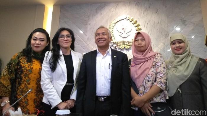 Baiq Nuril bersama Wakil Ketua DPR Agus Hermanto di ruang rapat pimpinan, kompleks Parlemen, Senayan, Jakarta. (Azizah/detikcom)