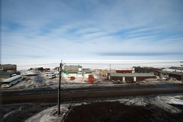 Sepertiga bagian utara Alaska terletak di kawasan atas Lingkaran Arktik. Merupakan lingkaran lintang yang melingkari daerah kutub Arktik yang bersuhu dingin. Kota Utqiagvik bukan satu-satunya kota di Alaska yang mengalami fenomena ini (Foto: iStock)