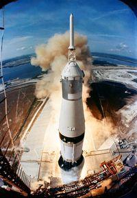 Salah satu gambar paling ikonik dari Saturn V ketika meluncur untuk misi Apollo 11.