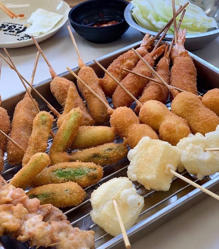 Biasanya kushikatsu atau kushiage dijual dalam gerai khusus di kaki lima atau rumah makan. Berbagai bahan makanan digoreng saat dipesan. Foto : Instagram @m_eats