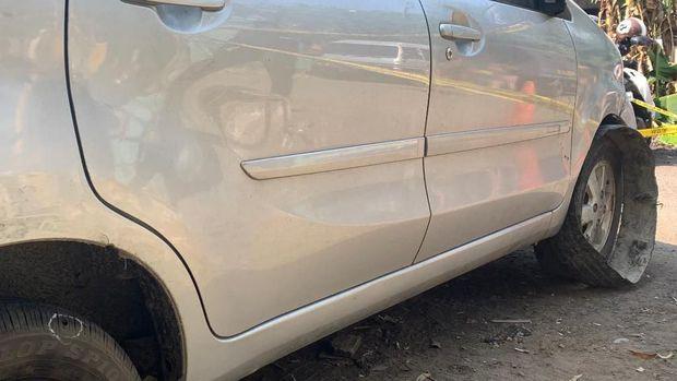 Polisi menembak ban mobil untuk menghentikan pelarian pelaku.