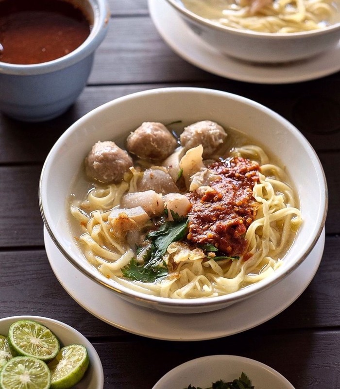 Mie koock Bandung dengan isian mie pipih, kuah bening dan kikil serta bakso ini racikan Mang Dadeng yang legendaris. Sluuurp! Foto: instagram @globalfoodid