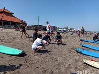 Turis-turis Asia yang siap-siap bermain surfing di Pantai Canggu (Aditya Mardiastuti /detikcom)