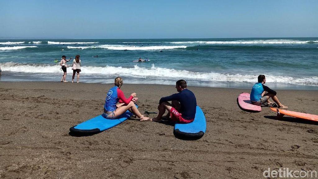 Turis Tak Takut Gempa, Asyik Surfing di Pantai Canggu