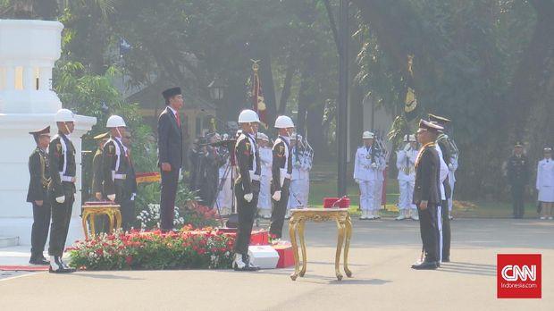 Presiden Jokowi memimpin pelantikan 781 perwira TNI dan Polri, di halaman Istana Merdeka, Jakarta, Selasa (16/7).