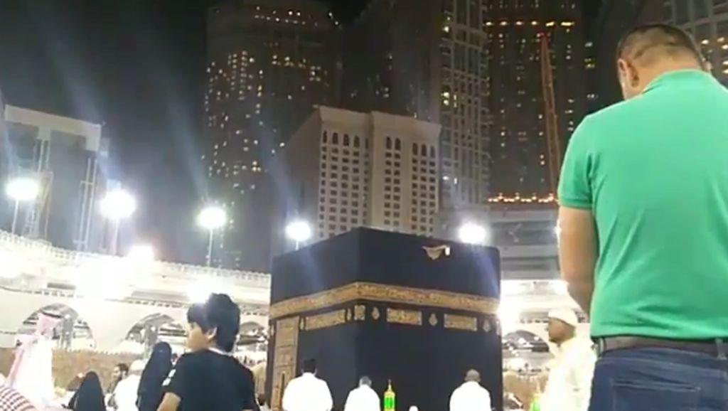 Jemaah Masjidil Haram Salat Khusuf Saat Gerhana Bulan di Langit Mekkah