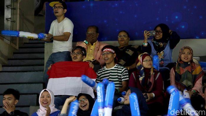 Memasuki hari kedua gelaran Indonesia Open 2019 penonton terus berdatangan ke Istora Senayan. Mereka datang untuk mendukung para idola bertanding di ajang itu.