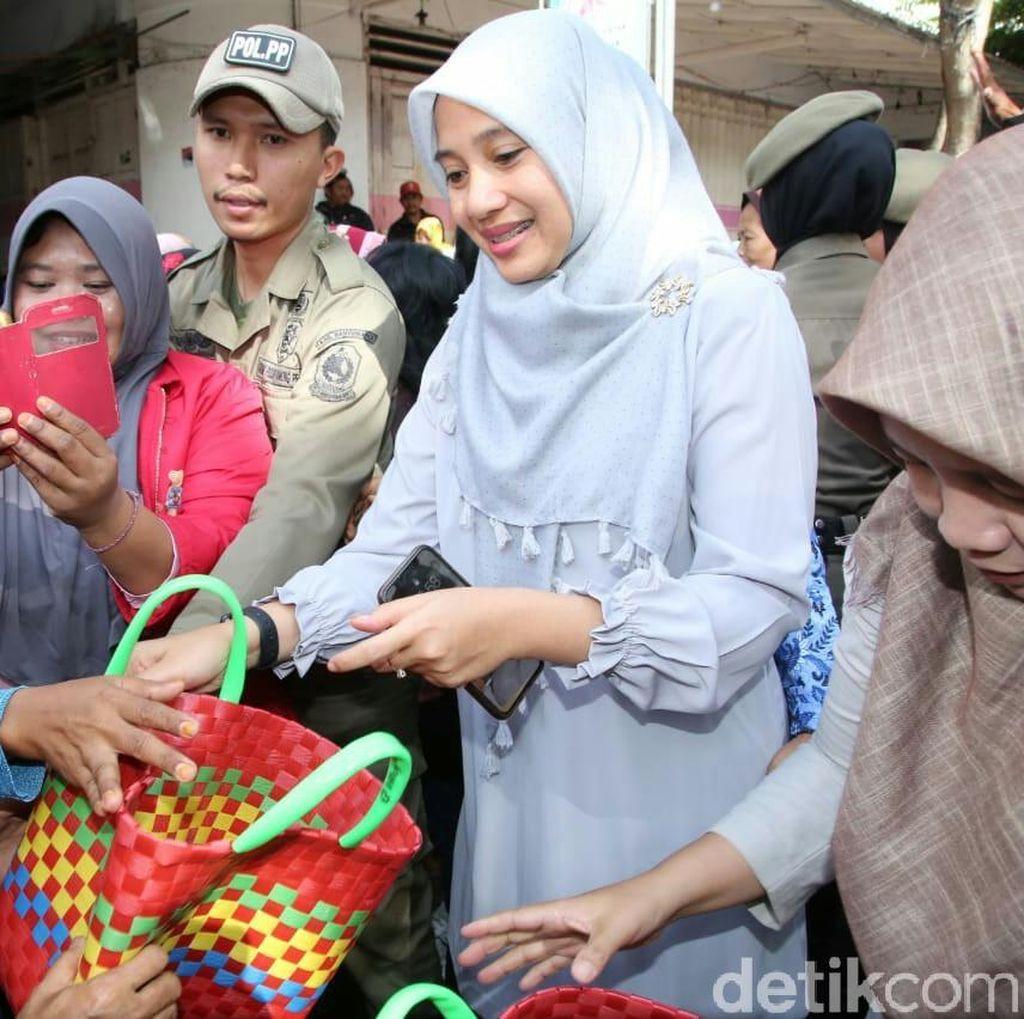 Kampanye Kurangi Sampah Plastik, Istri Bupati Anas Bagi 500 Tas Belanja
