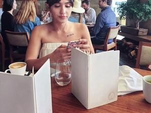 Bubble Tea Paling Tak Sehat dan Pose Kulineran Dena Rachman