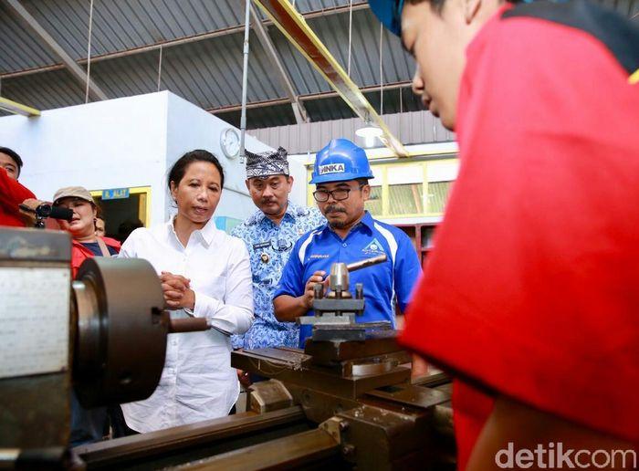 Rini mengatakan, pembangunan tahap kedua pabrik INKA terbesar se-Asia Tenggara di Banyuwangi bakal tuntas pada Agustus 2020. Pabrik INKA yang dibangun di lahan seluas 82 hektare bakal menyerap 5000 tenaga kerja, dan 70 persennya merupakan pekerja dari lokal. Jurusan perkeretaapian, ditargetkan bisa menguatkan tenaga terampil untuk dipekerjakan di pabrik kereta INKA Banyuwangi.