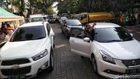 Sejumlah kendaraan roda empat mengantre untuk melakukan uji emisi kendaraan di kawasan Kantor Wali Kota Jakarta Utara.