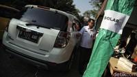 Seorang pengendara bersiap melakukan uji emisi kendaraan di kawasan Kantor Wali Kota Jakarta Utara.