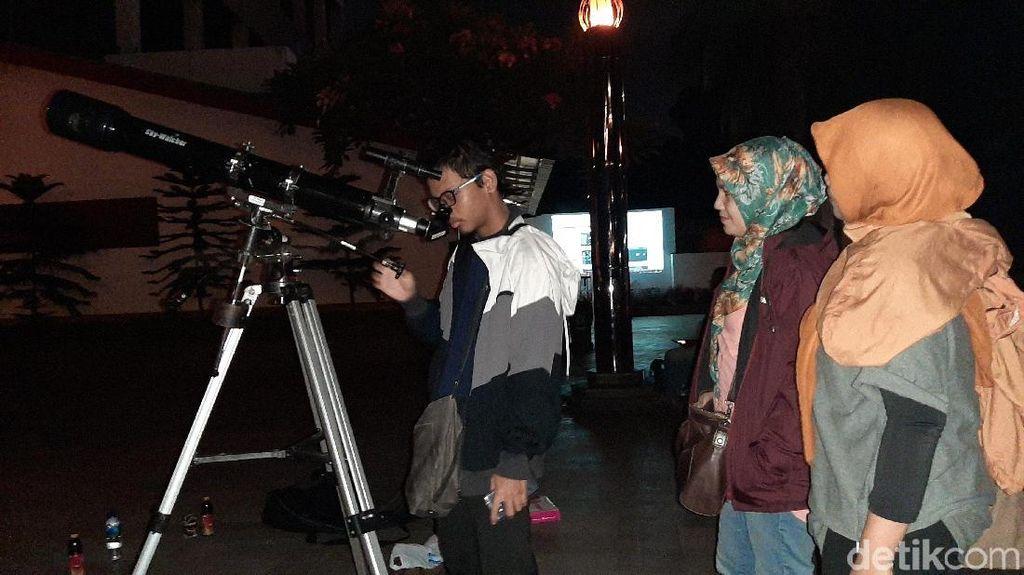 Saksikan Gerhana Bulan, Warga Datangi Planetarium Jakarta