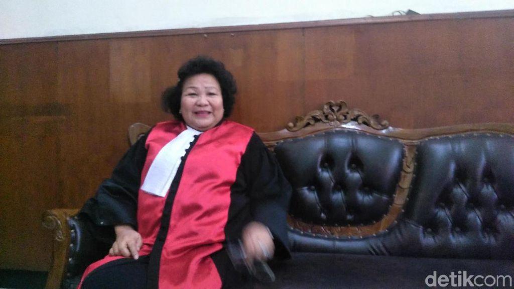 Ini Penjelasan Hakim PN Surabaya yang Terfoto Main HP Saat Sidang