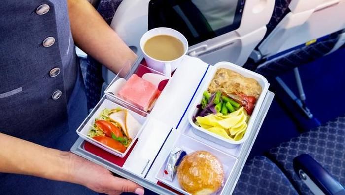 Menu makanan pesawat bisa terasa lebih hambar karena pengaruh situasi kabin. (Foto: iStock)