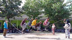 Akhiri MPLS, Siswa SMK di Bantul Mainkan Permainan Jadul