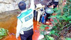 Truk Muatan Bubuk Cabai Terjun ke Jurang, Air Sungai Berubah Jadi Merah
