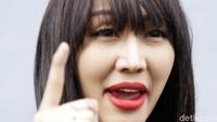 Lucinta Luna marah saat dibandingkan dengan Dena Rachman oleh awak media.Pool/Ismail/detikFoto.