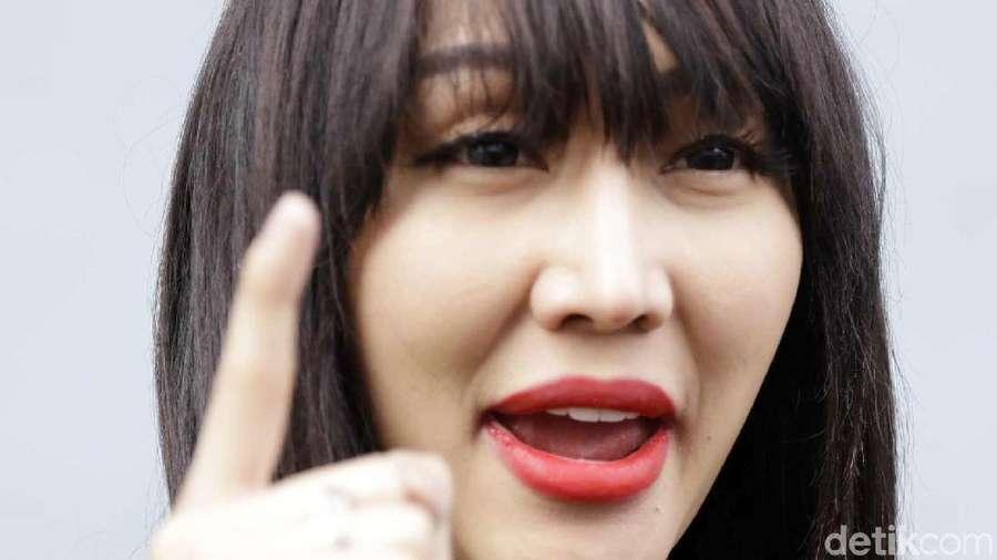 Ngamuk Dibandingkan Dena Rachman, Lucinta Merasa Mirip Angelina Jolie