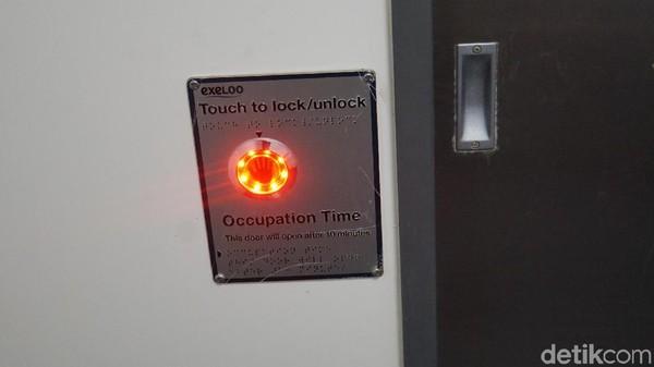 Ini tombol sensor untuk keluar dan menutup pintu toilet ada tombolnya sendiri di dalam kamar (Ahmad Masaul Khoiri/detikcom)