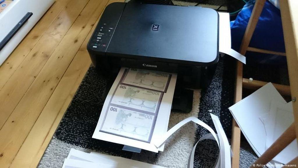 Beli Mobil dengan Uang yang Dicetaknya di Rumah, Wanita Jerman Ditangkap