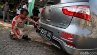 Satu per satu kendaraan melakukan uji emisi di kawasan Kantor Wali Kota Jakarta Utara.