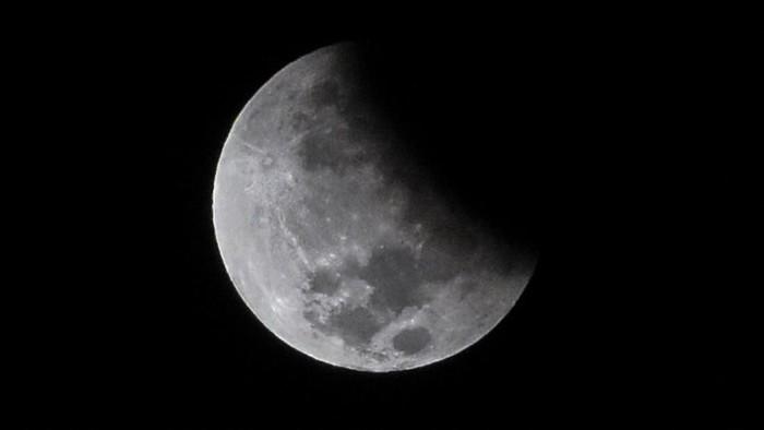 Fenomena gerhana bulan parsial terlihat di langit Lombok, Mataram, NTB, Rabu (17/7/2019). Fenomena bulan parsial ini terjadi karena titik orbit kesejajaran antara matahari, bumi dan bulan agak miring sehingga menampakkan bulan sebagian dengan bayangan umbra. ANTARA FOTO/Ahmad Subaidi/wsj.