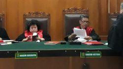 Duh, Hakim di Pengadilan Surabaya Terfoto Main HP Saat Sidang