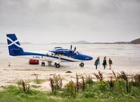 Highlands and Islands Airports Limited (semacam pengelola bandara di Skotlandia), hanya mengizinkan pesawat jenis Twin Otter yang boleh terbang ke sana. Pesawatnya kecil (pesawat perintis) dan hanya bisa menampung sampai 10 orang (iStock)