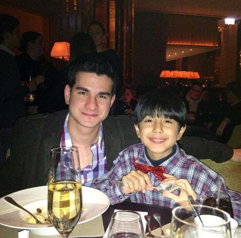 Saking cintanya kepada Darren Starling anak semata wayang, Steve Emmanuel menghabiskan waktu malam tahun baru dengan dinner bersama. Bahkan mereka mengenakan baju yang senada. Foto: Istimewa