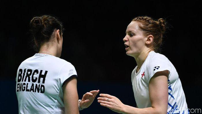 Lauren Smith (kanan) tak terganggu dengan fan di Indonesia Open 2019 yang minta foto.  (Robertus Pudyanto/Getty Images)