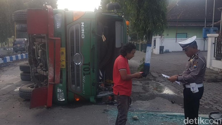 Tabrak Median Jalan, Truk Muat Gas Cair Terguling di Madiun