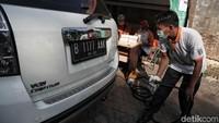 Petugas Sudin Lingkungan Hidup Jakarta Utara bersiap untuk melakukan uji emisi kendaraan.