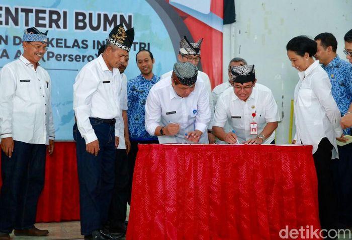 Direktur Utama PT INKA (Persero) Budi Noviantoro juga menandatangani kesepakatan kerja sama dengan 2 Kepala Sekolah Menengah Kejuruan (SMK) di Banyuwangi, yakni SMK 1 Glagah dan SMK Cordova.