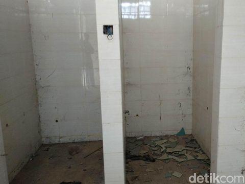 Fasilitas toilet di Stadion GBLA terbengkalai dan rusak.